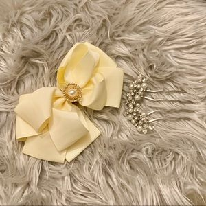 Accessories - Cream/white bow with a pearl comb